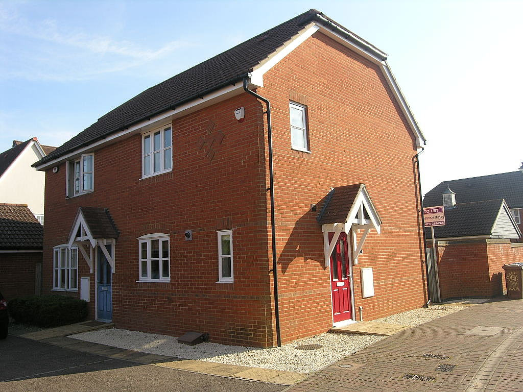 2 bedroom semi-detached house Let in Ipswich - Photograph 1