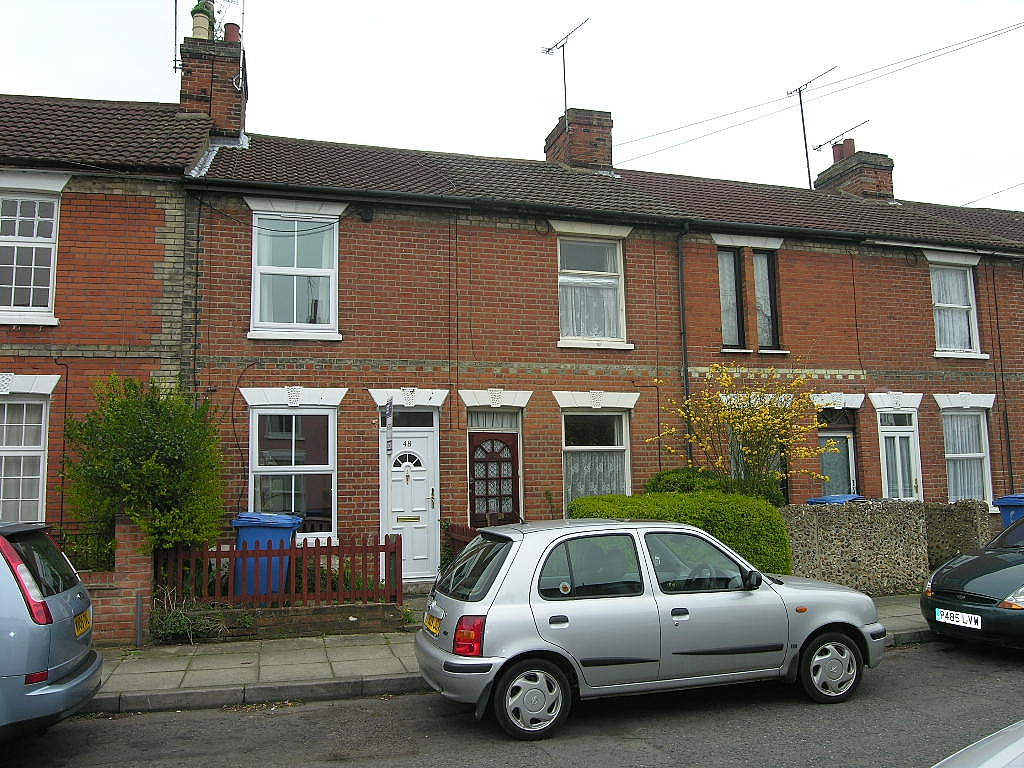 2 bedroom mid terraced house To Let in Ipswich - Front of House
