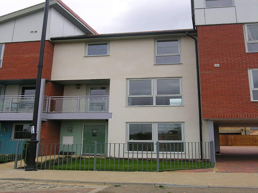 3 bedroom town house Let in Ipswich - Photograph 1