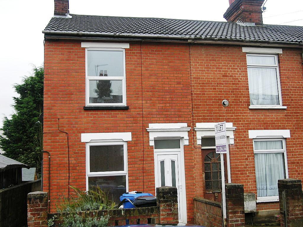 3 bedroom end terraced house Let in Ipswich - Photograph 1