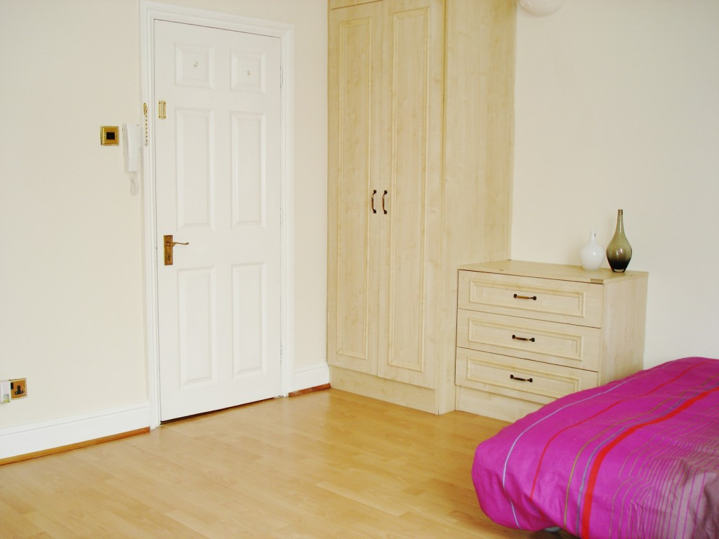 1 bedroom studio flat/apartment To Let in Brent - Large Wardrobes