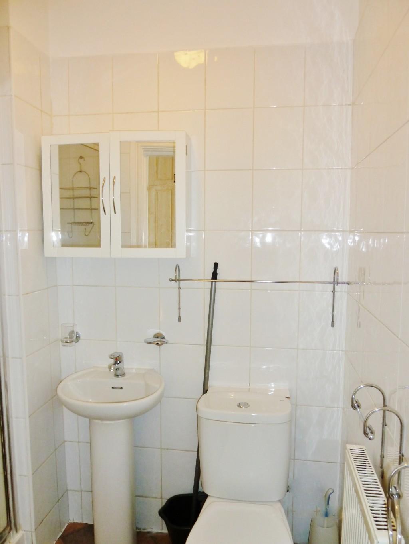 1 bedroom studio flat/apartment To Let in Brent - Fully tiled bathroom