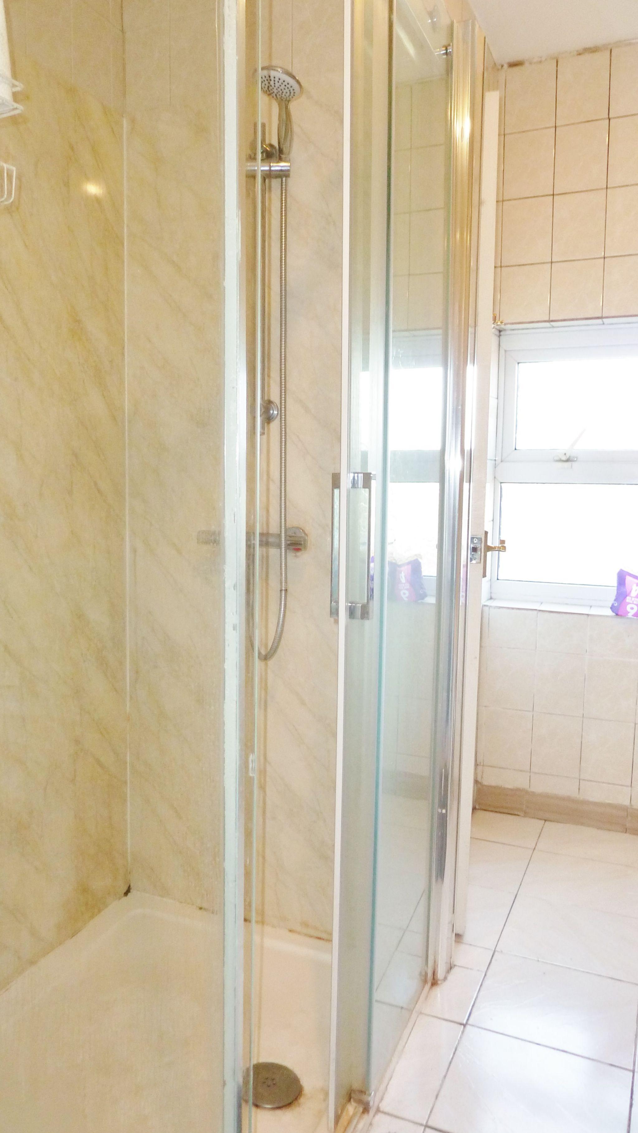 1 bedroom studio flat/apartment To Let in Willesden Green - Seperate shower