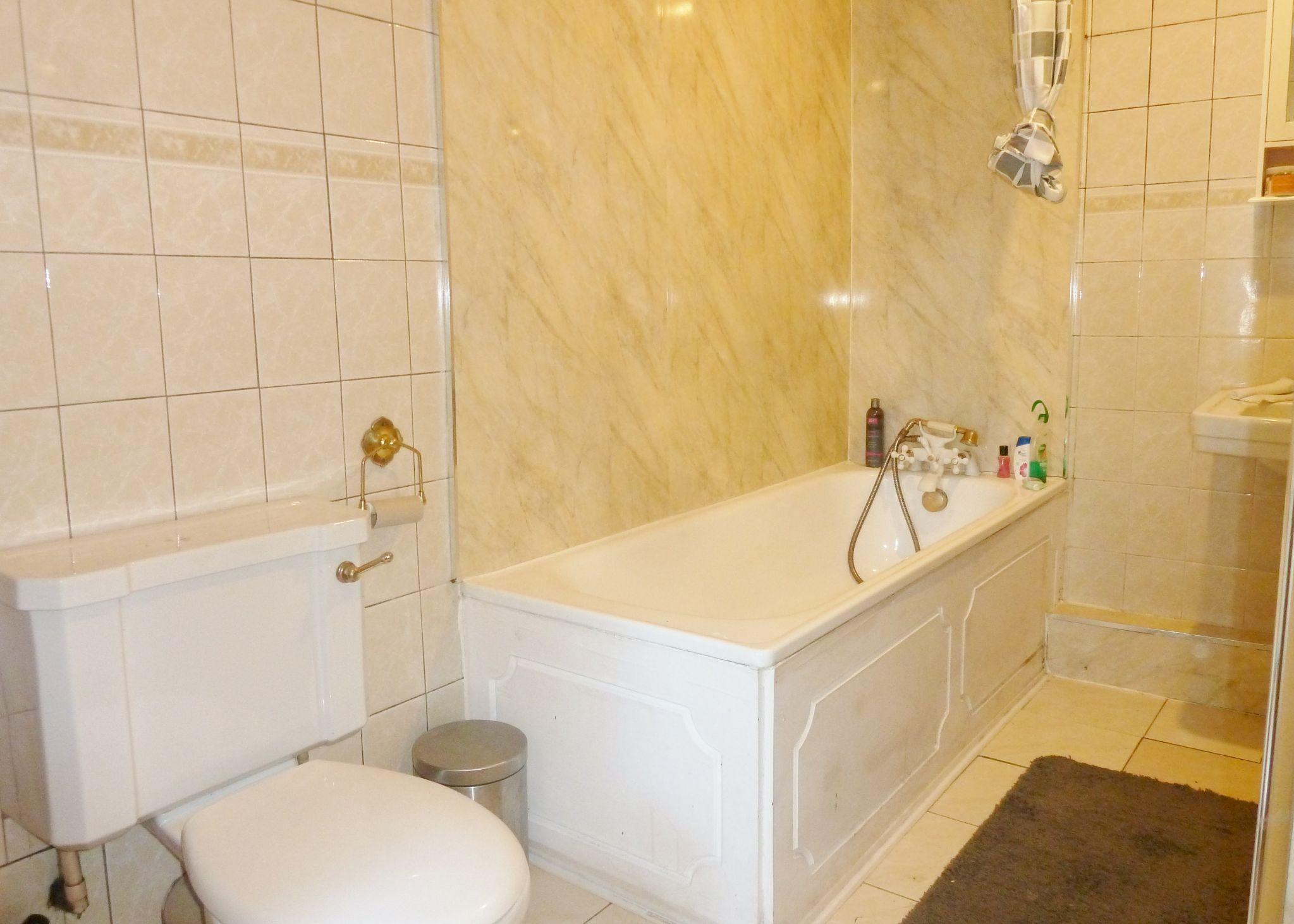 1 bedroom studio flat/apartment To Let in Willesden Green - 3 Piece Bathroom Suite