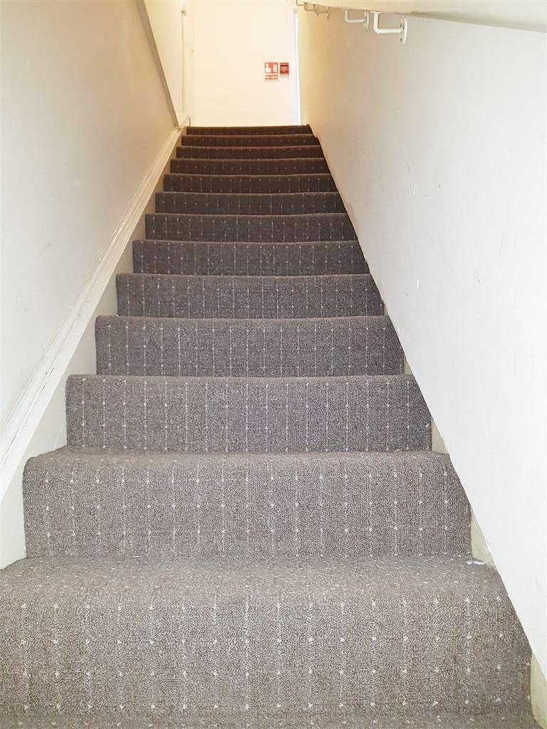 2 bedroom apartment flat/apartment To Let in Willesden Green - Hallway Staircase