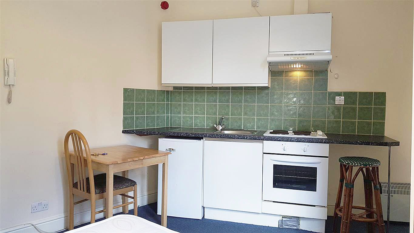 1 bedroom studio flat/apartment To Let in Willesden - Fitted Kitchen