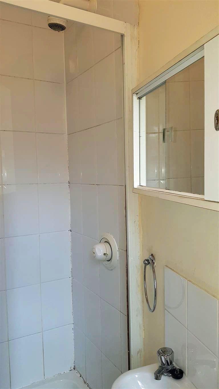 1 bedroom studio flat/apartment To Let in Willesden - Shower