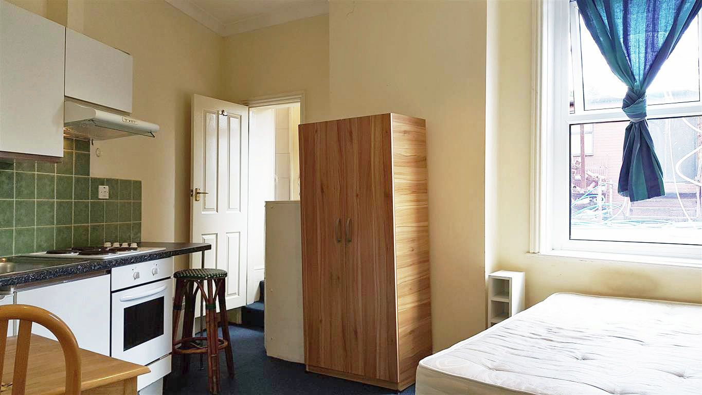 1 bedroom studio flat/apartment To Let in Willesden - Double Room