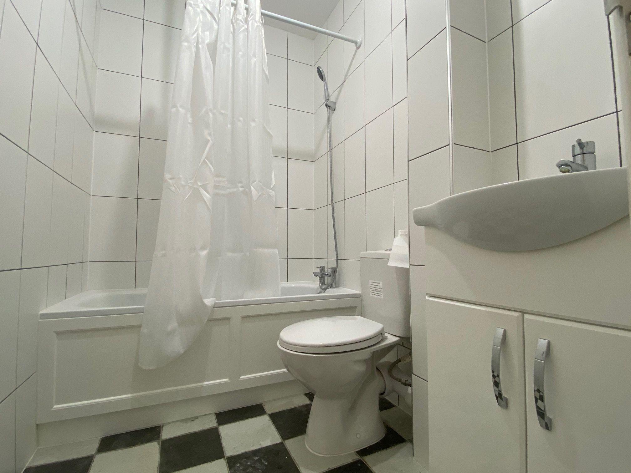 2 bedroom flat flat/apartment Let in Willesden - 3 Piece Bathroom Suite