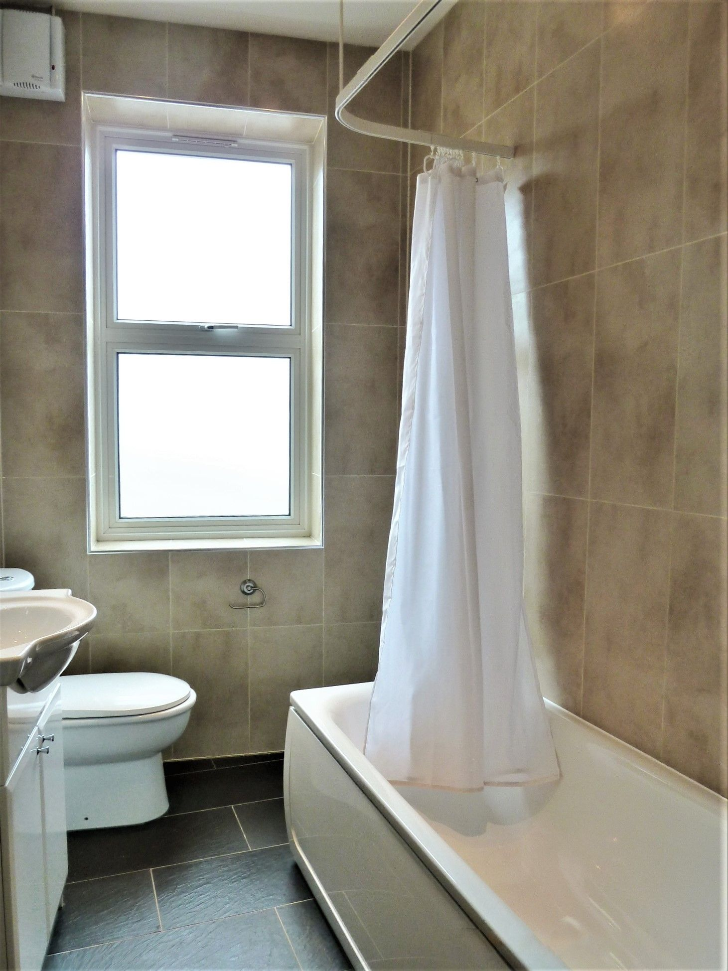 2 bedroom flat flat/apartment To Let in Willesden Green - BATHROOM