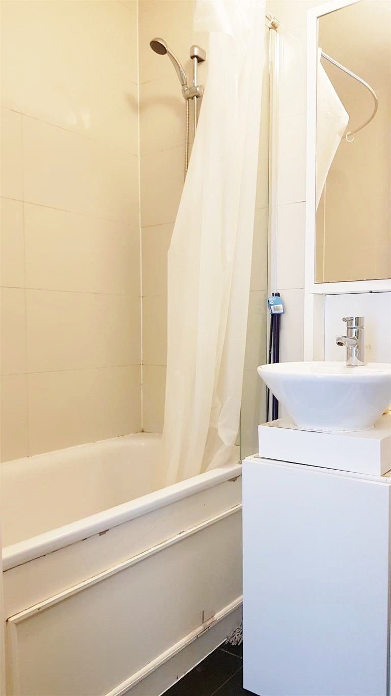 2 bedroom apartment flat/apartment To Let in Enfield - 3 PIECE BATHROOM SUITE