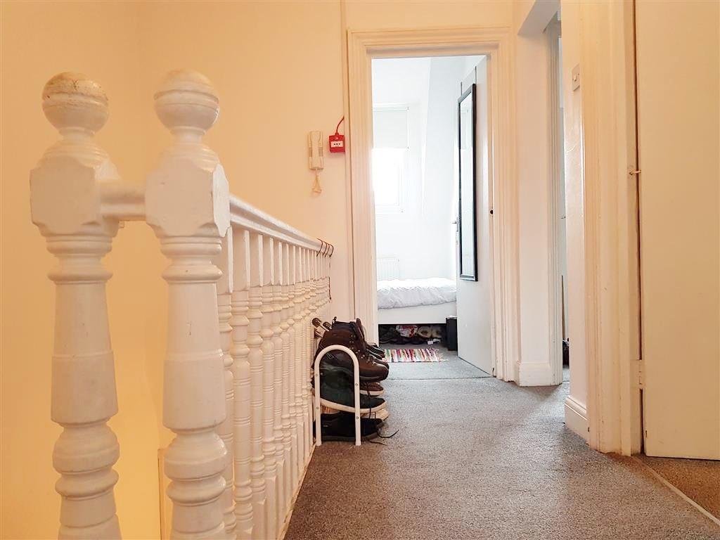 2 bedroom flat flat/apartment To Let in Willesden - Hallway