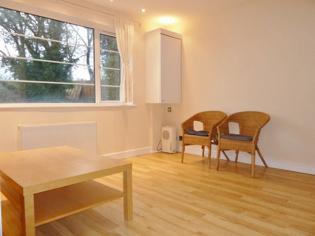 2 bedroom flat flat/apartment Under Offer in Wembley - Laminate flooring throughout
