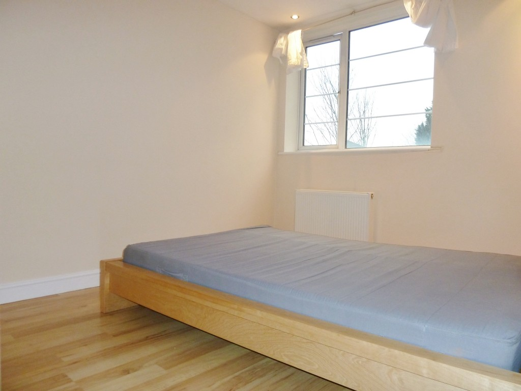 2 bedroom flat flat/apartment Under Offer in Wembley - Photograph 3