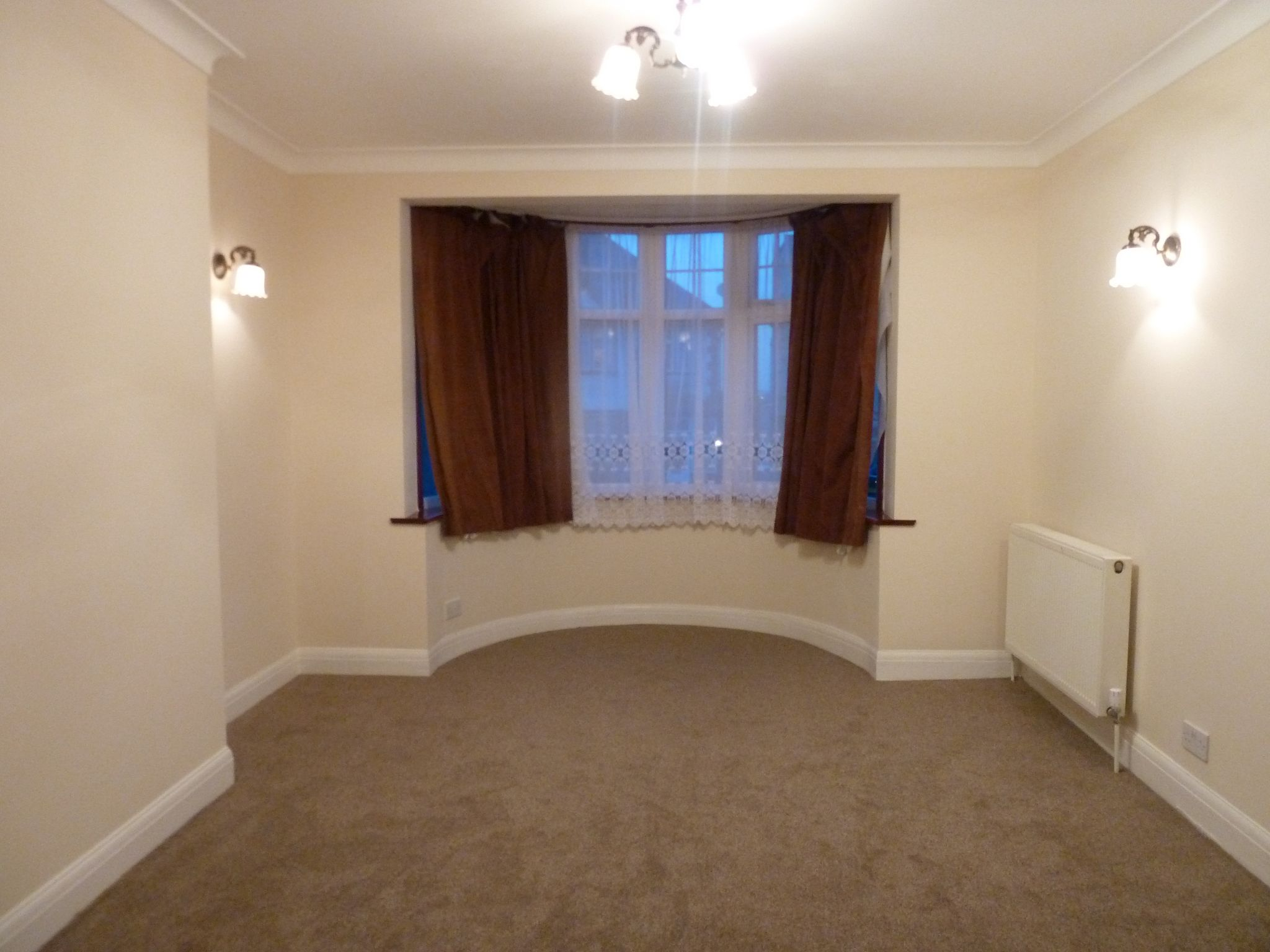 4 bedroom semi-detached house To Let in London - Living Room