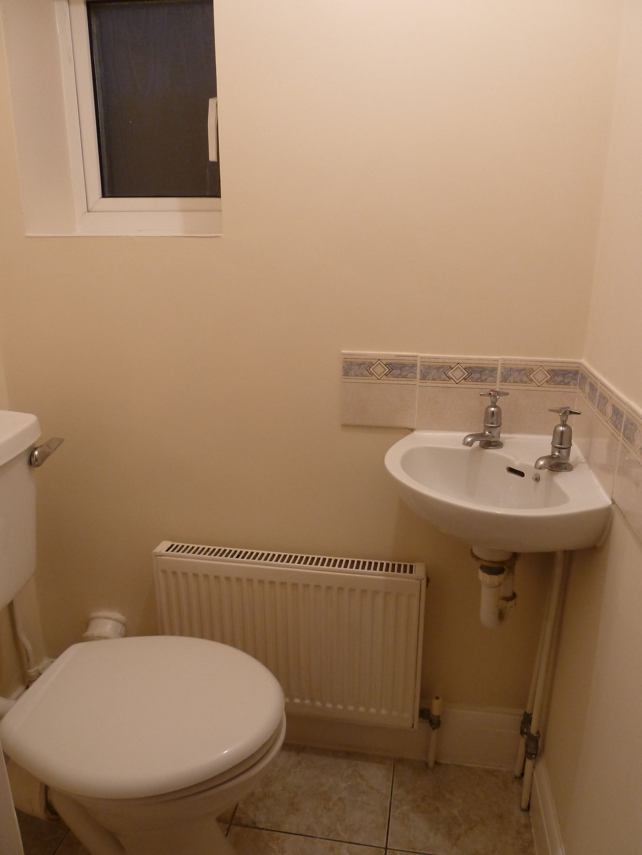 4 bedroom semi-detached house To Let in London - Bathroom 2