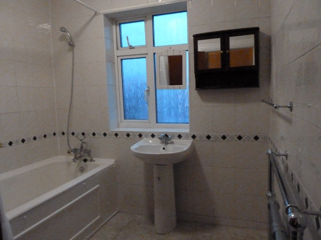 4 bedroom semi-detached house To Let in London - Bathroom 1