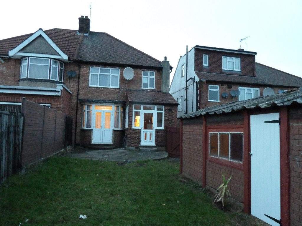 4 bedroom semi-detached house To Let in London - Garden