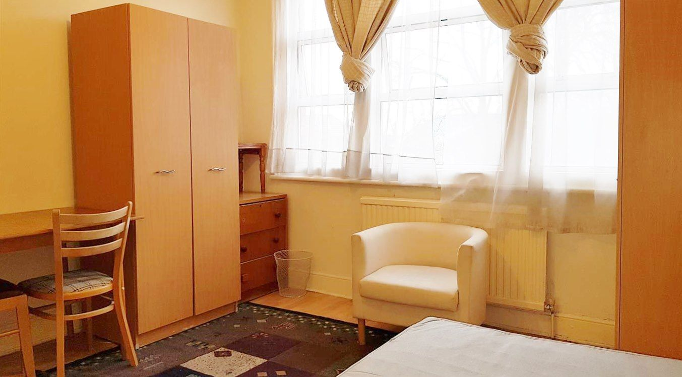 1 bedroom shared flat/apartment To Let in London - Wardrobe and desk