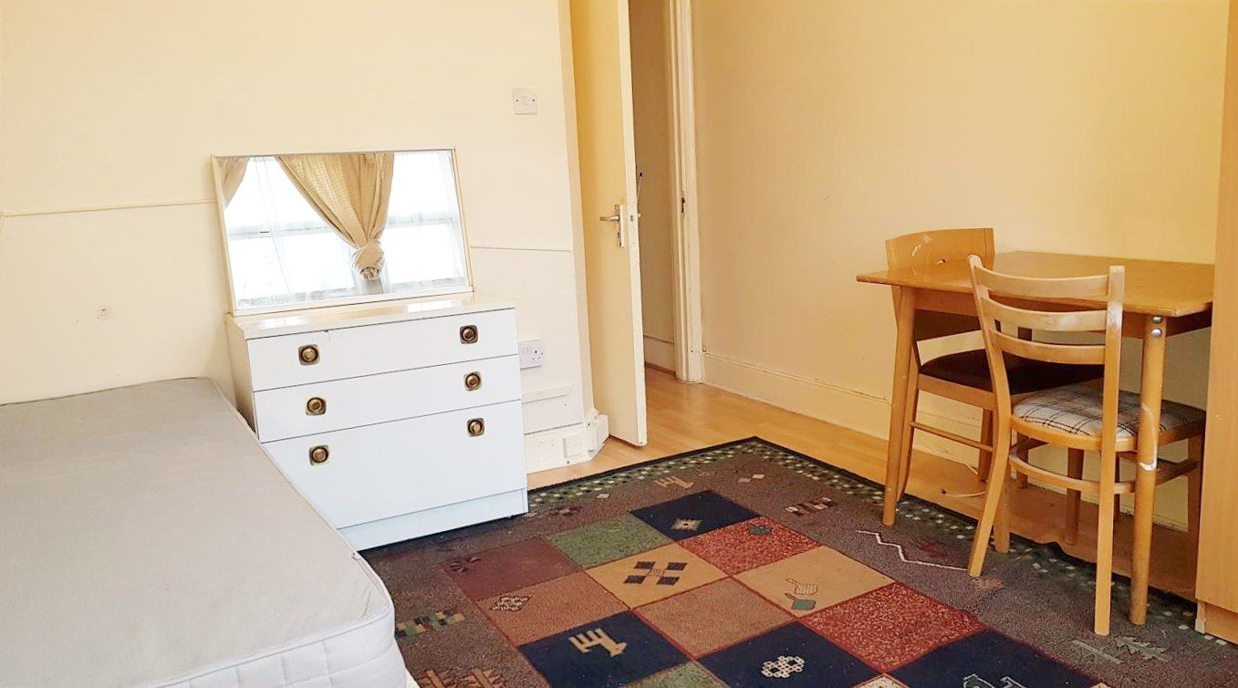 1 bedroom shared flat/apartment To Let in London - Laminate flooring throughout