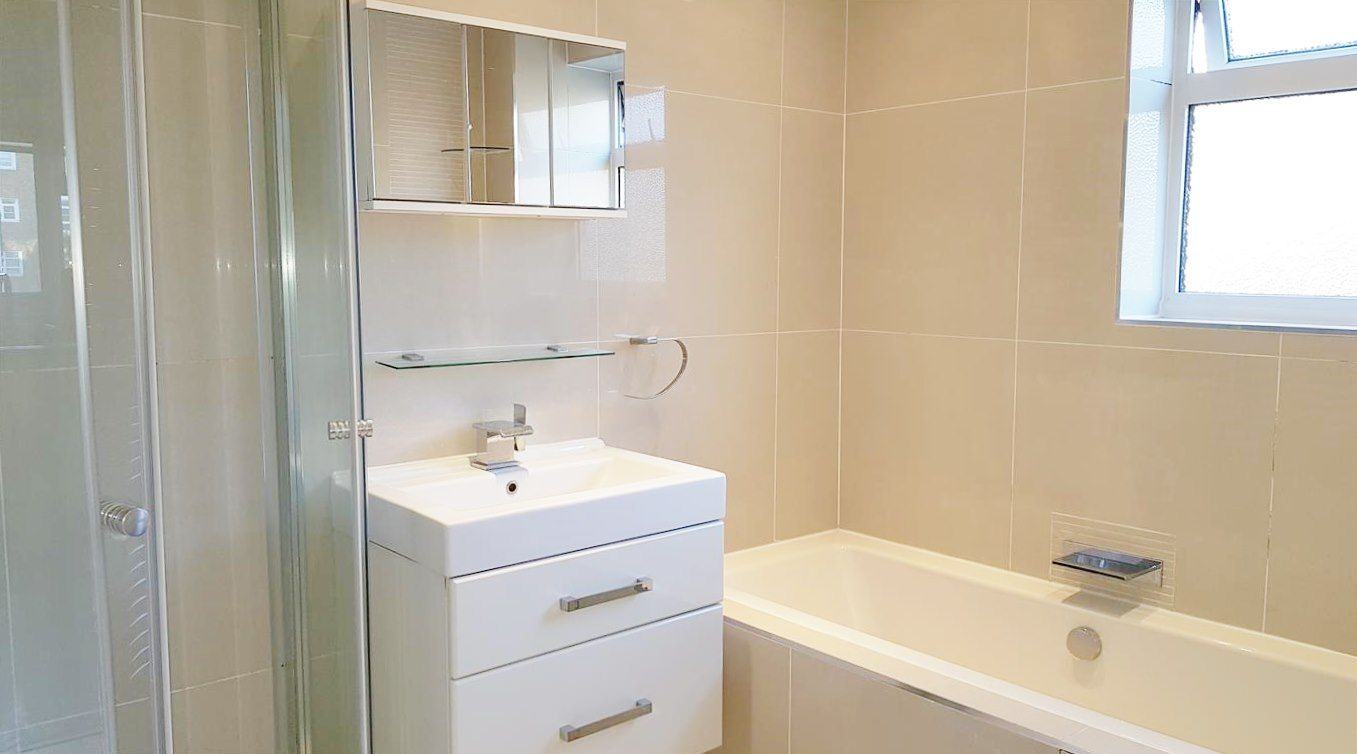 2 bedroom apartment flat/apartment To Let in Stanmore - 3 Piece bathroom suite