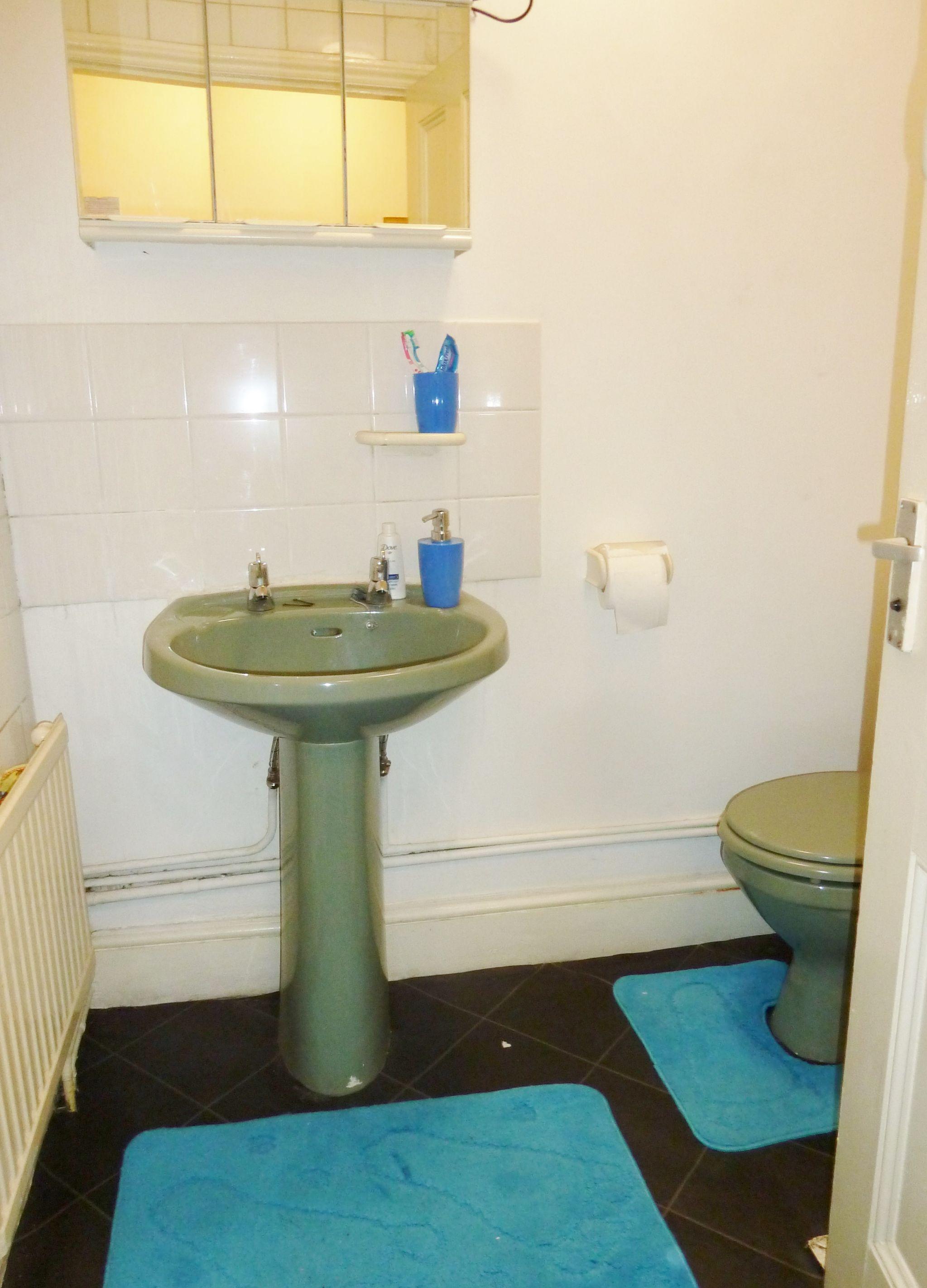 1 bedroom studio flat/apartment To Let in Willesden Green - Bathroom