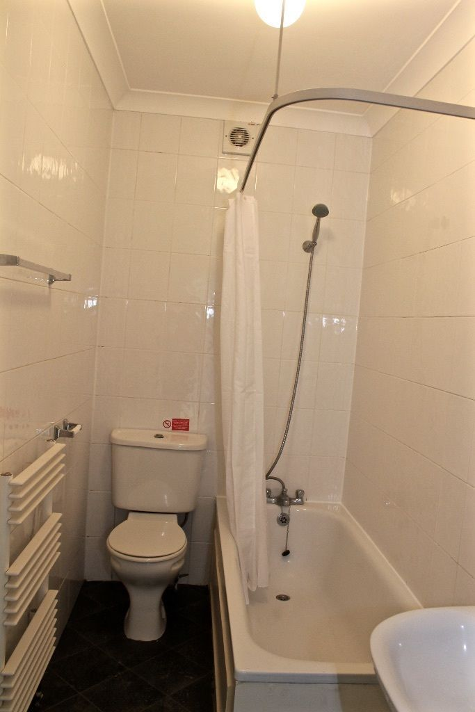 2 bedroom flat flat/apartment To Let in London - Bathroom/shower