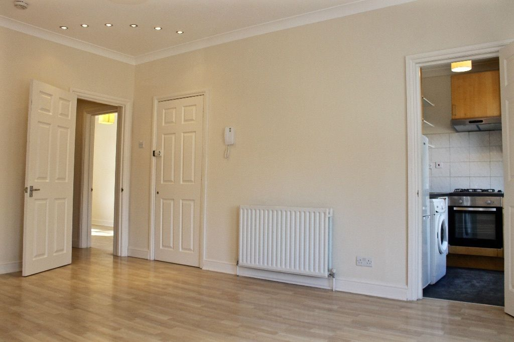 2 bedroom flat flat/apartment To Let in London - Living room