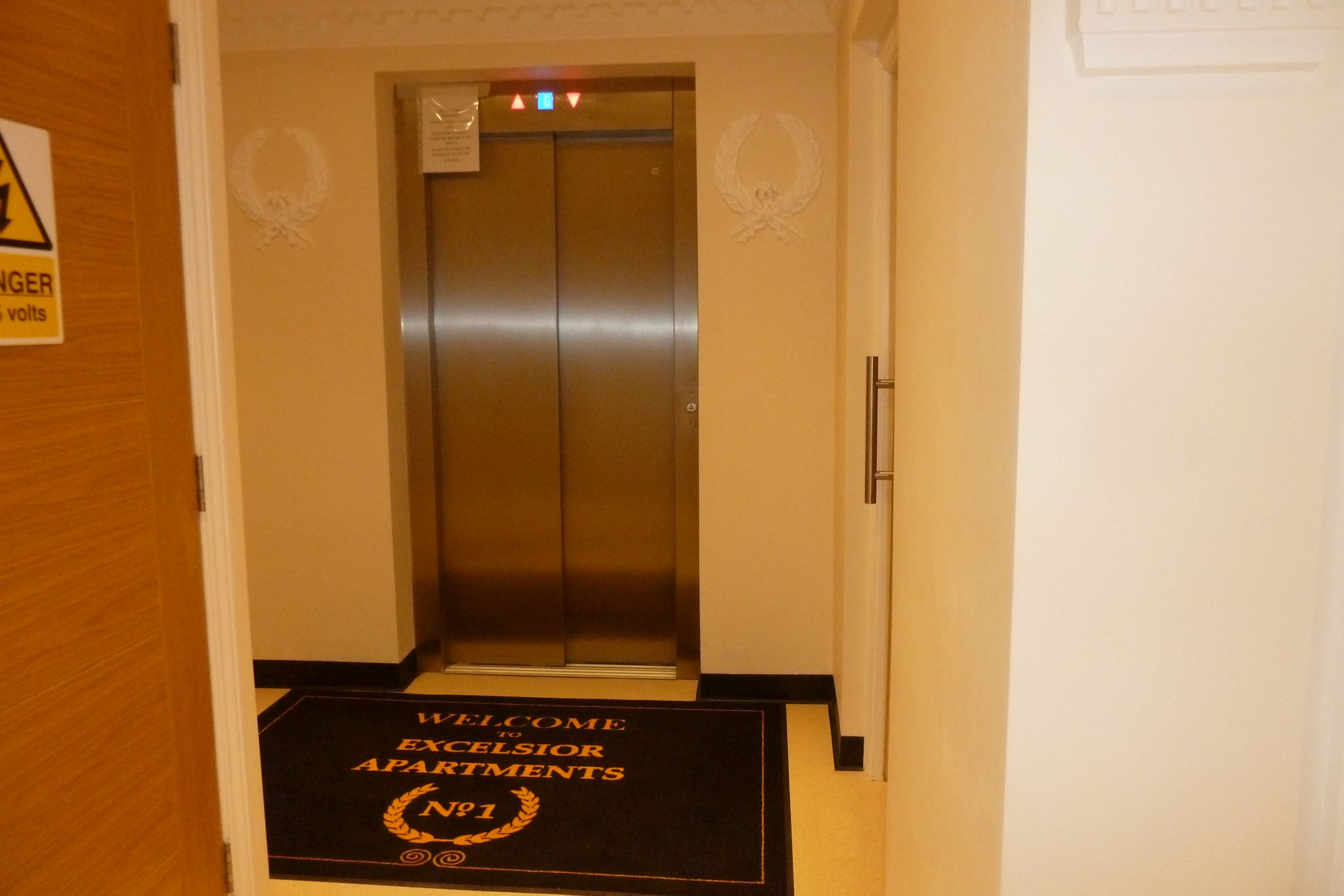 2 bedroom apartment flat/apartment Under Offer in Harrow On The Hill - Entrance elevator