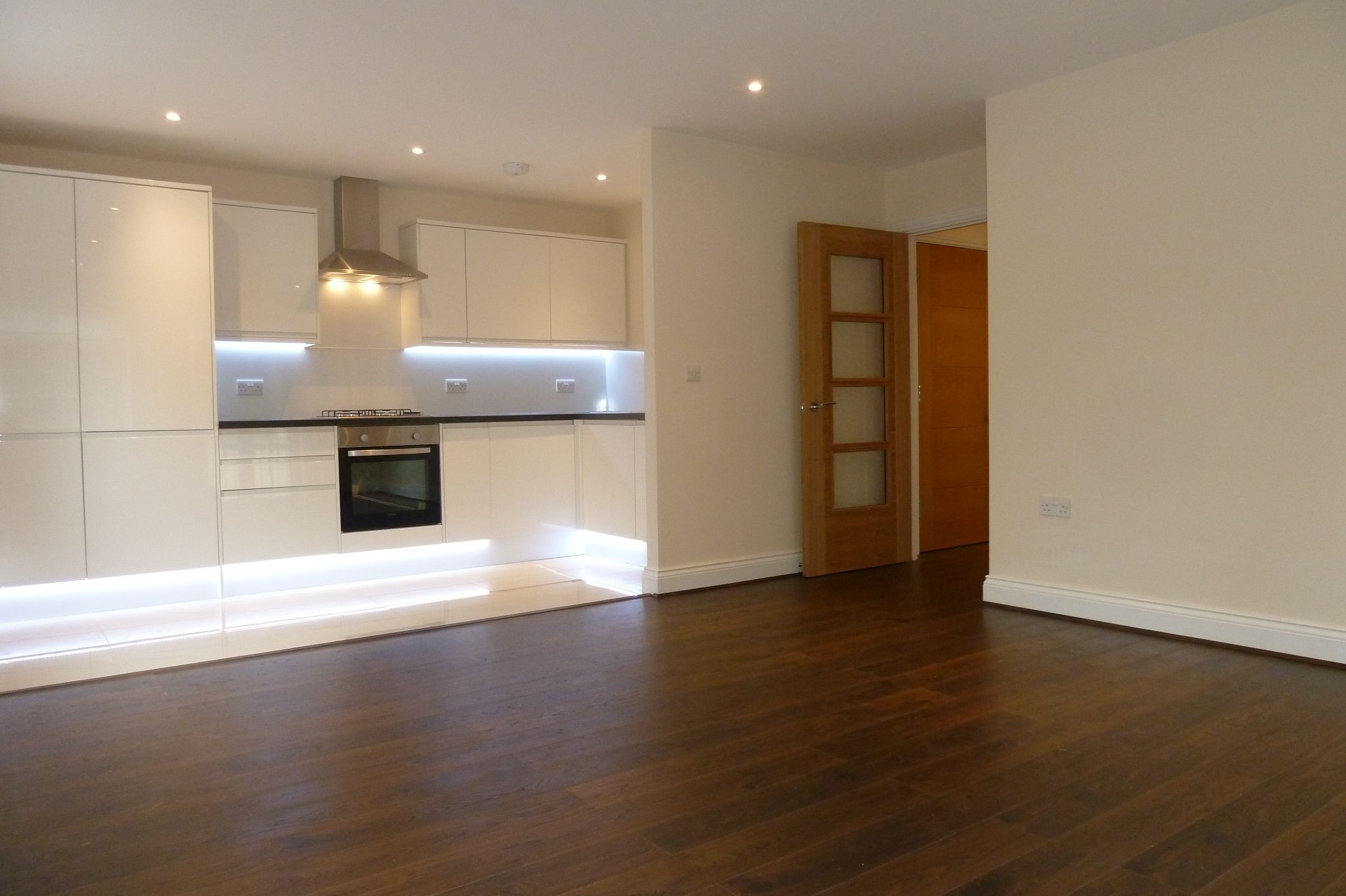 2 bedroom apartment flat/apartment To Let in Harrow On The Hill - Open Plam Kitchen - Living room