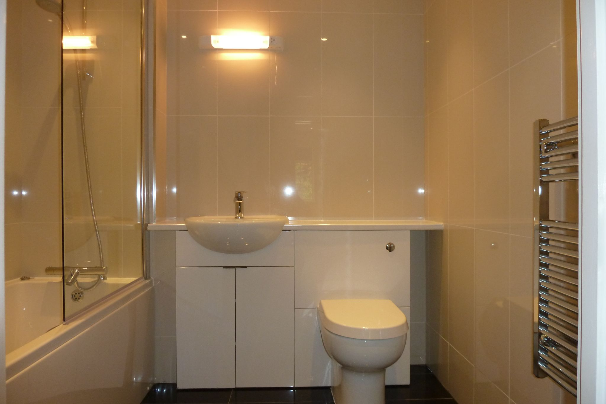 2 bedroom apartment flat/apartment Under Offer in Harrow On The Hill - Main bathroom