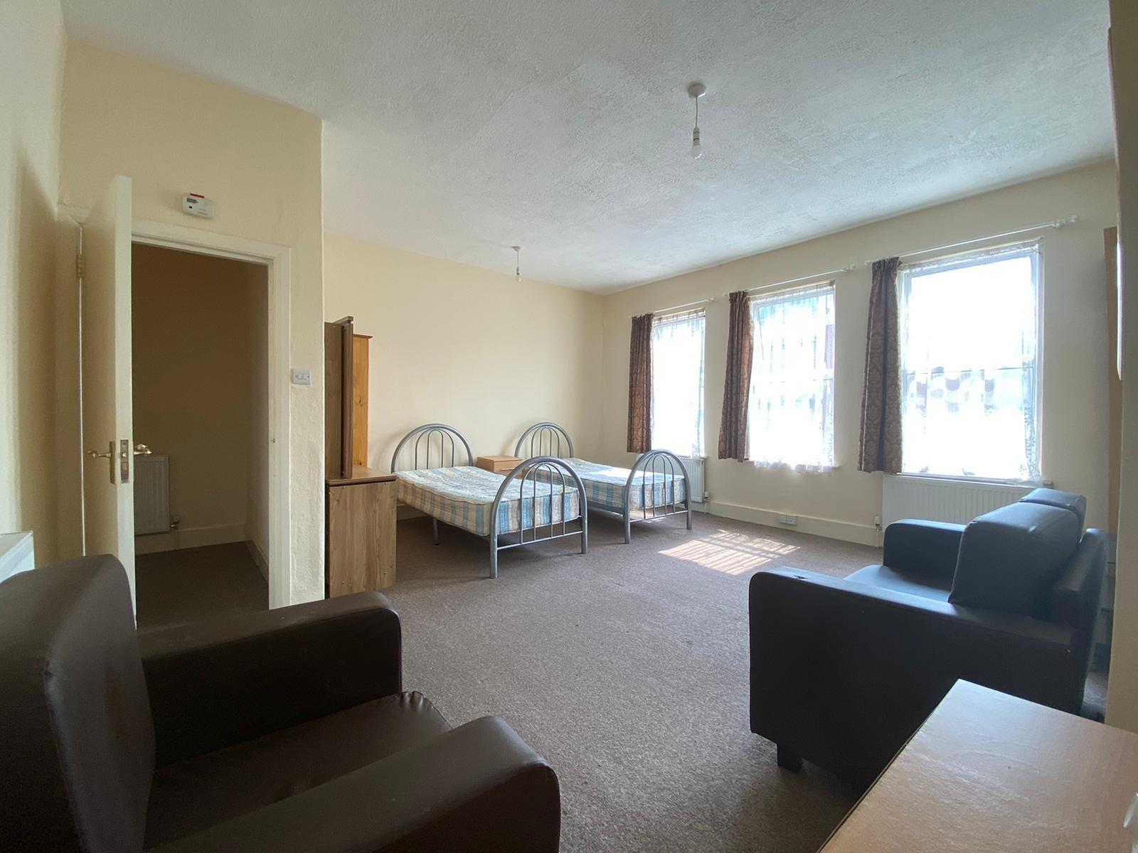 1 bedroom studio flat/apartment To Let in Kilburn - Big double bedroom