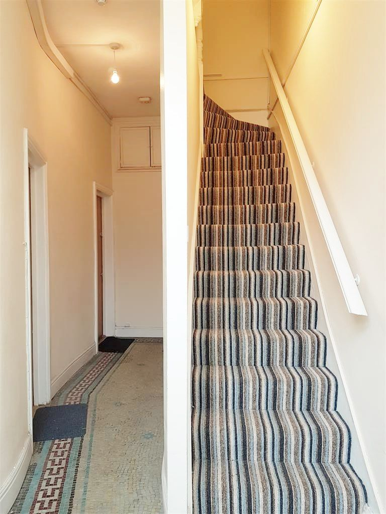 1 bedroom studio flat/apartment To Let in Cricklewood - Communal hallway
