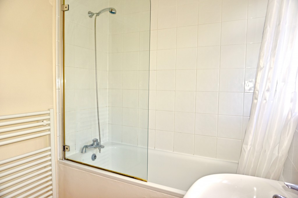 2 bedroom flat flat/apartment Let in Willesden Green - BATH WITH SHOWER ATTACHMENT