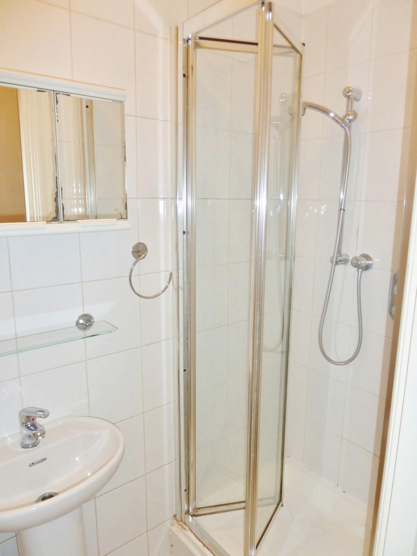 1 bedroom studio flat/apartment Under Offer in Willesden Green - Bathroom with Shower
