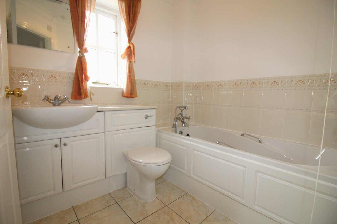 2 bedroom apartment flat/apartment To Let in Solihull - Photograph 6.