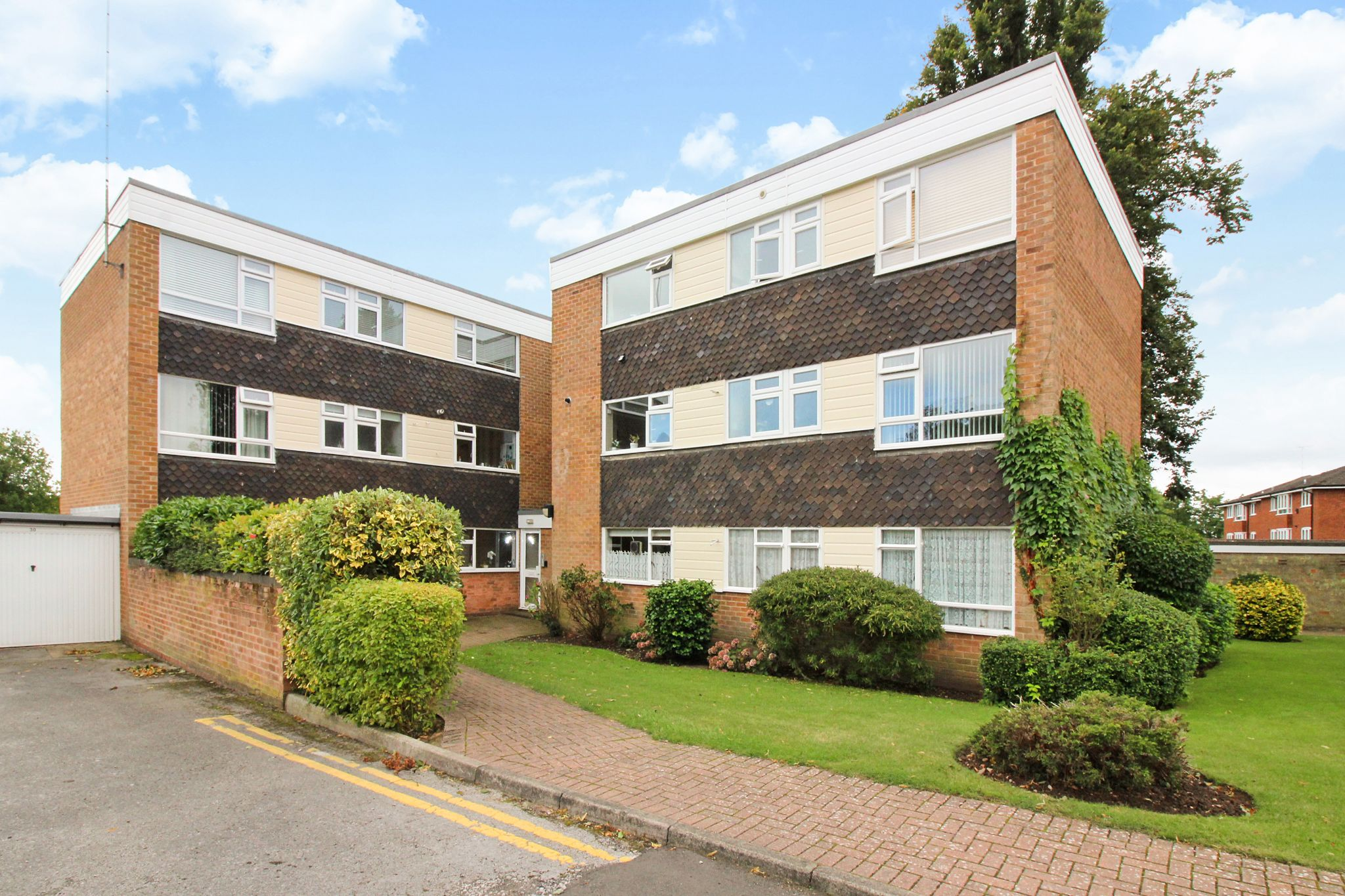 2 bedroom ground floor flat/apartment For Sale in Solihull - Photograph 1.