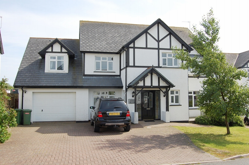 5 bedroom detached house For Sale in Santon - 1