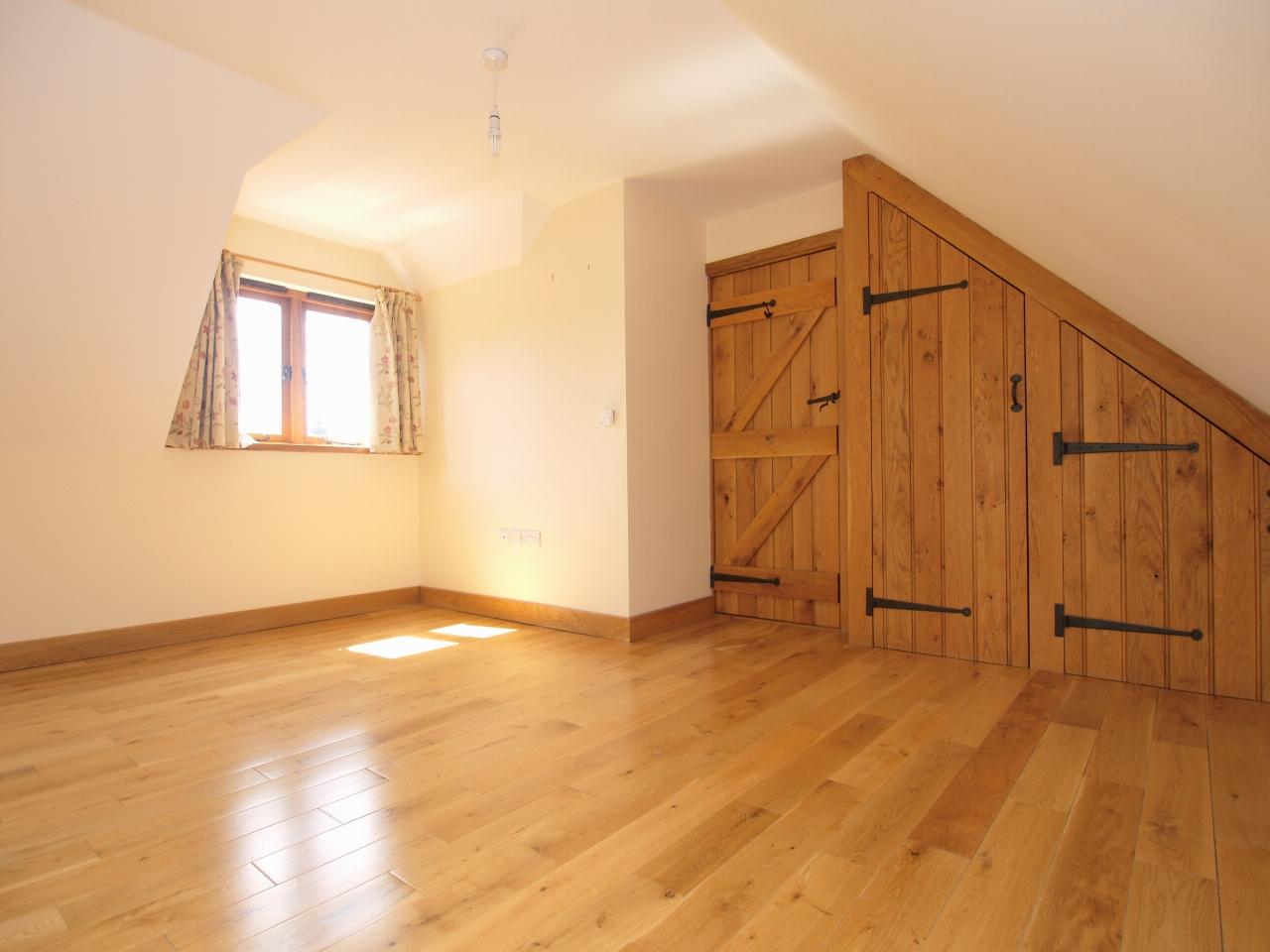 2 bedroom detached house Let in Sevenoaks - Photograph 5