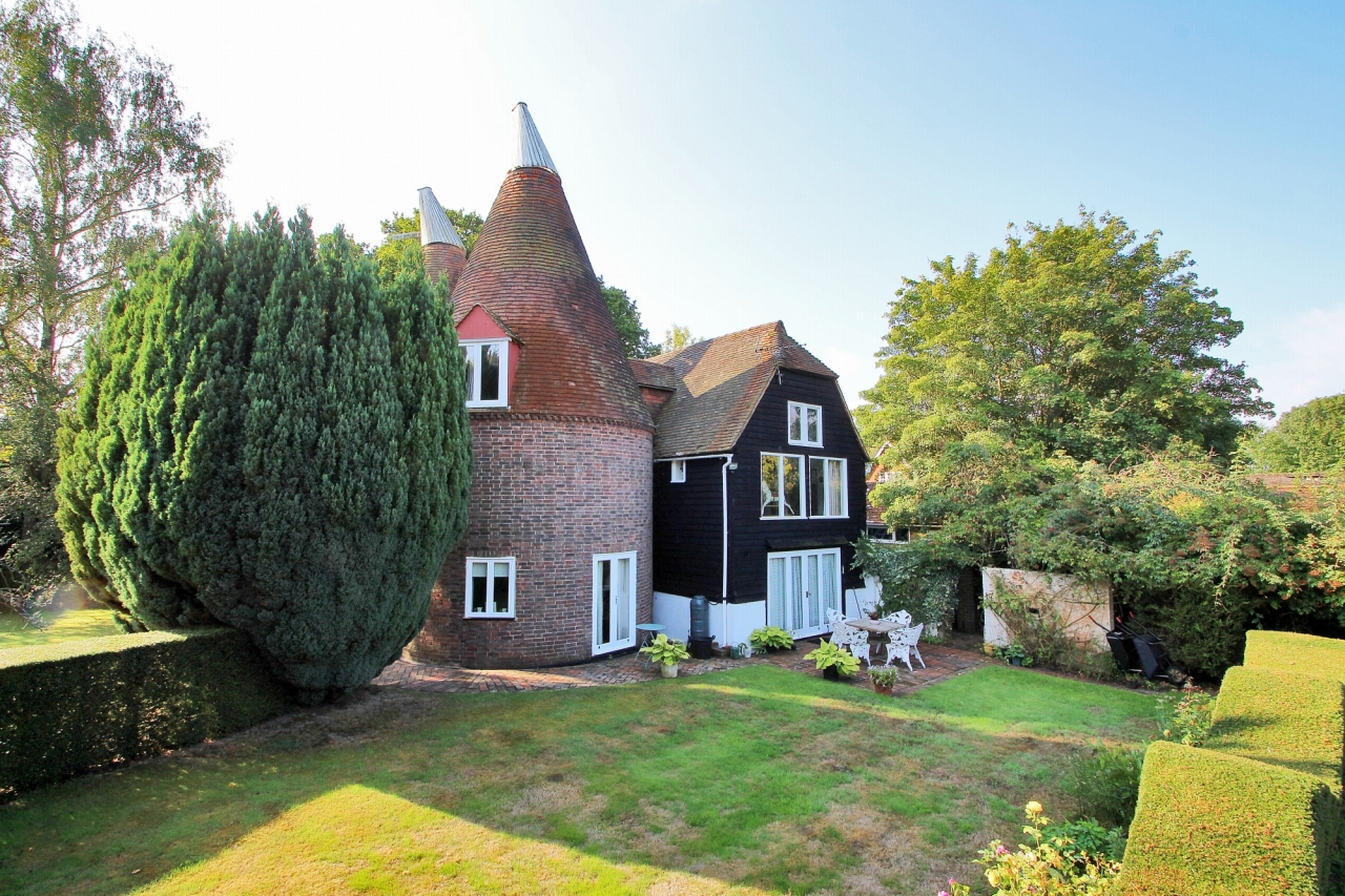 3 bedroom detached house Sold in Tonbridge - Photograph 16