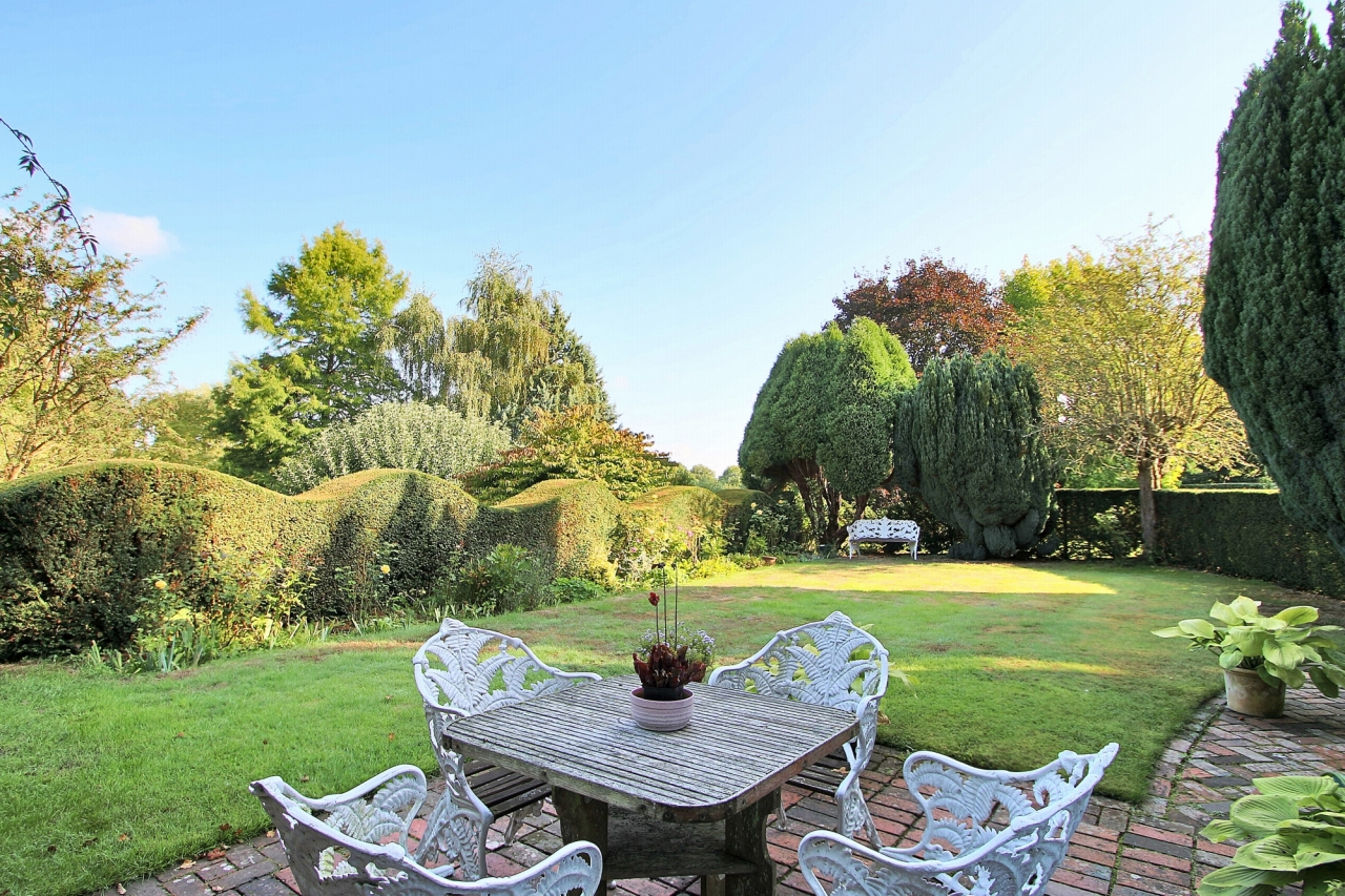 3 bedroom detached house Sold in Tonbridge - Photograph 18