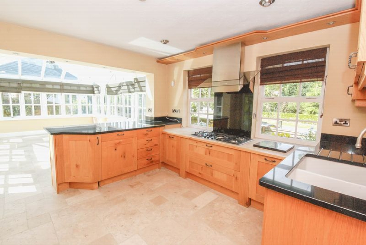 5 bedroom semi-detached house For Sale in Pratts Bottom - Photograph 2