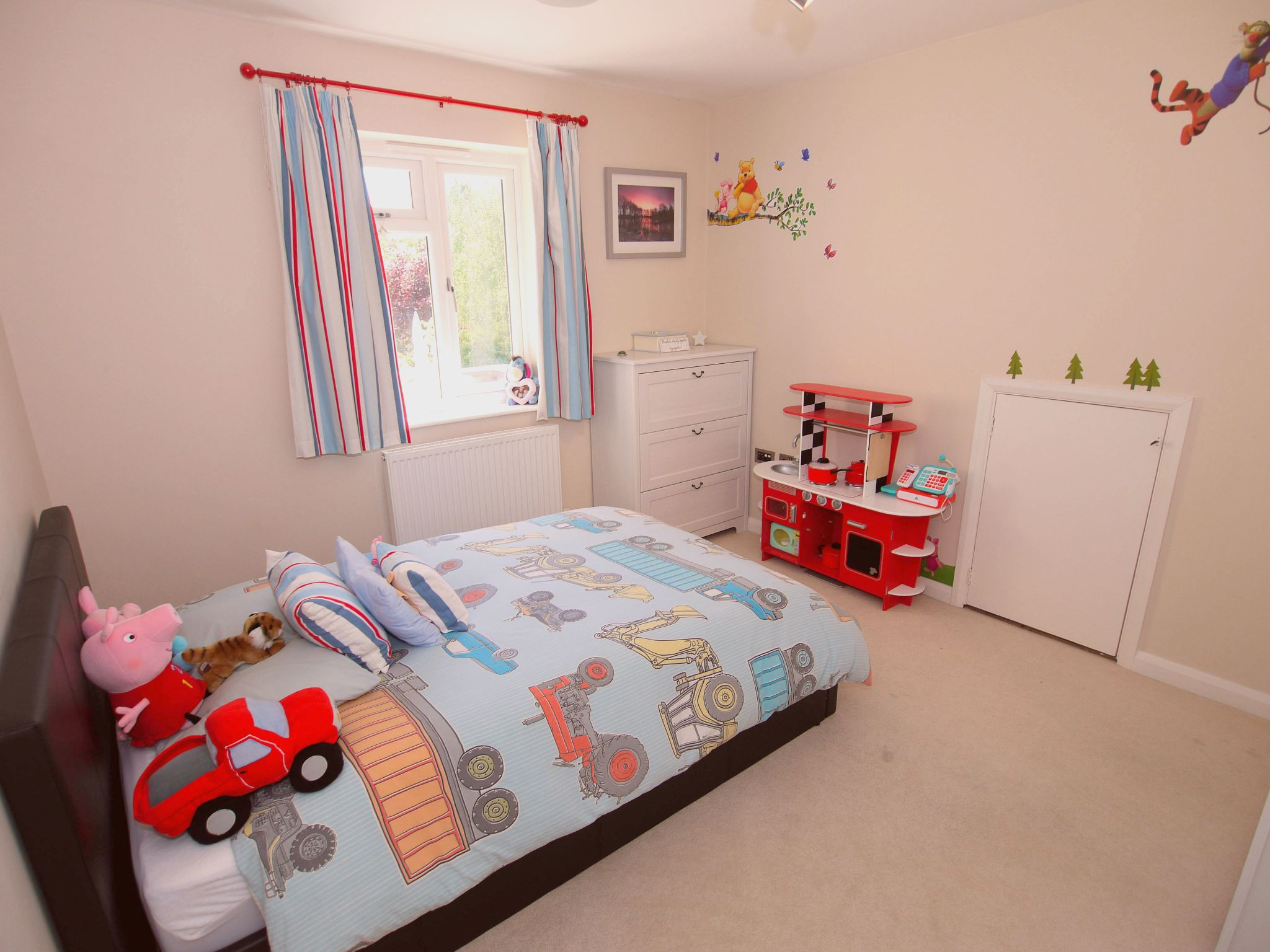 3 bedroom detached house For Sale in Sevenoaks - Photograph 8
