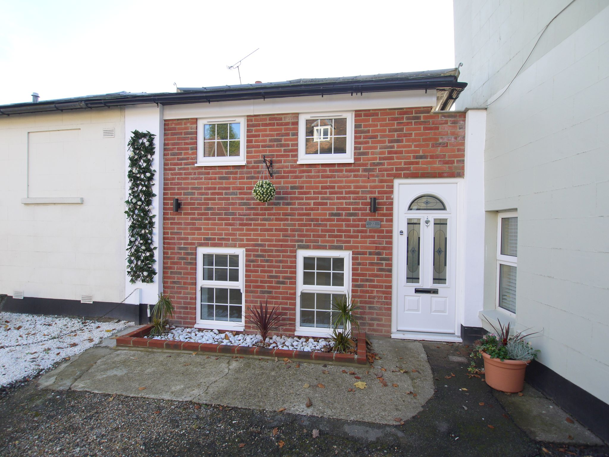 1 bedroom mid terraced house For Sale in Sevenoaks - Photograph 1
