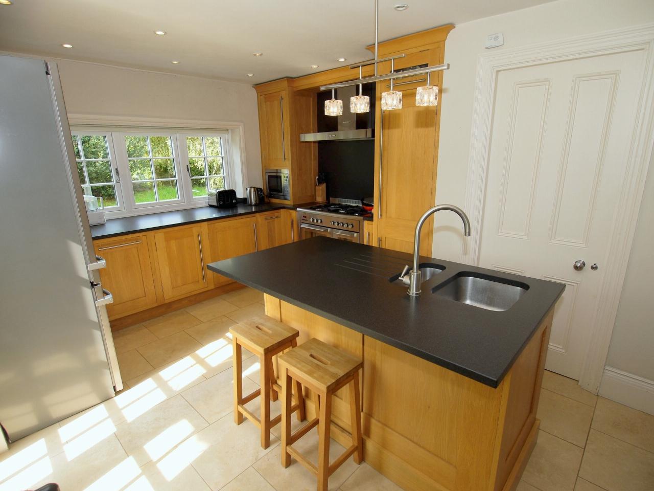 4 bedroom detached house Sold in Tonbridge - Photograph 5