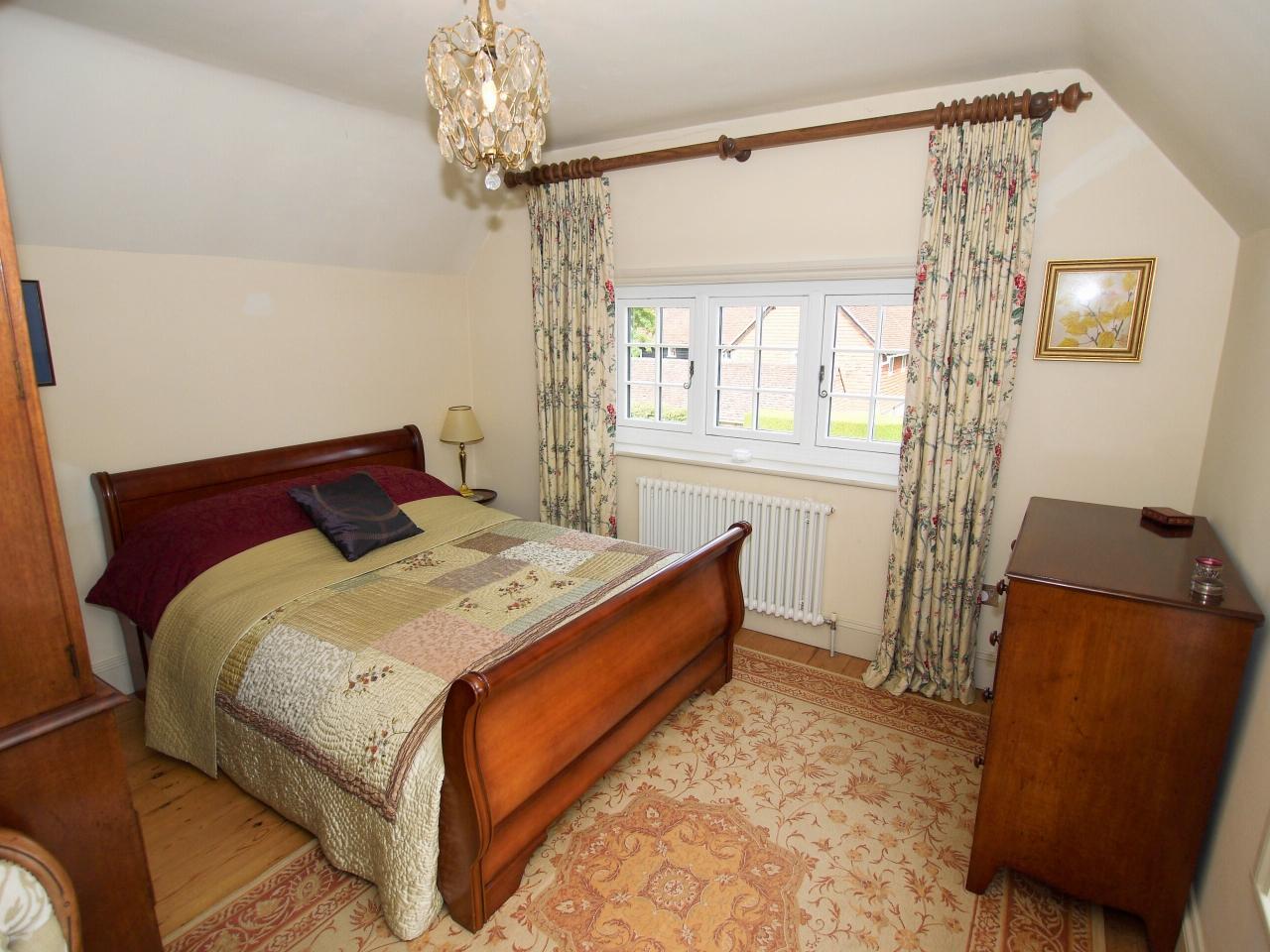 4 bedroom detached house Sold in Tonbridge - Photograph 11