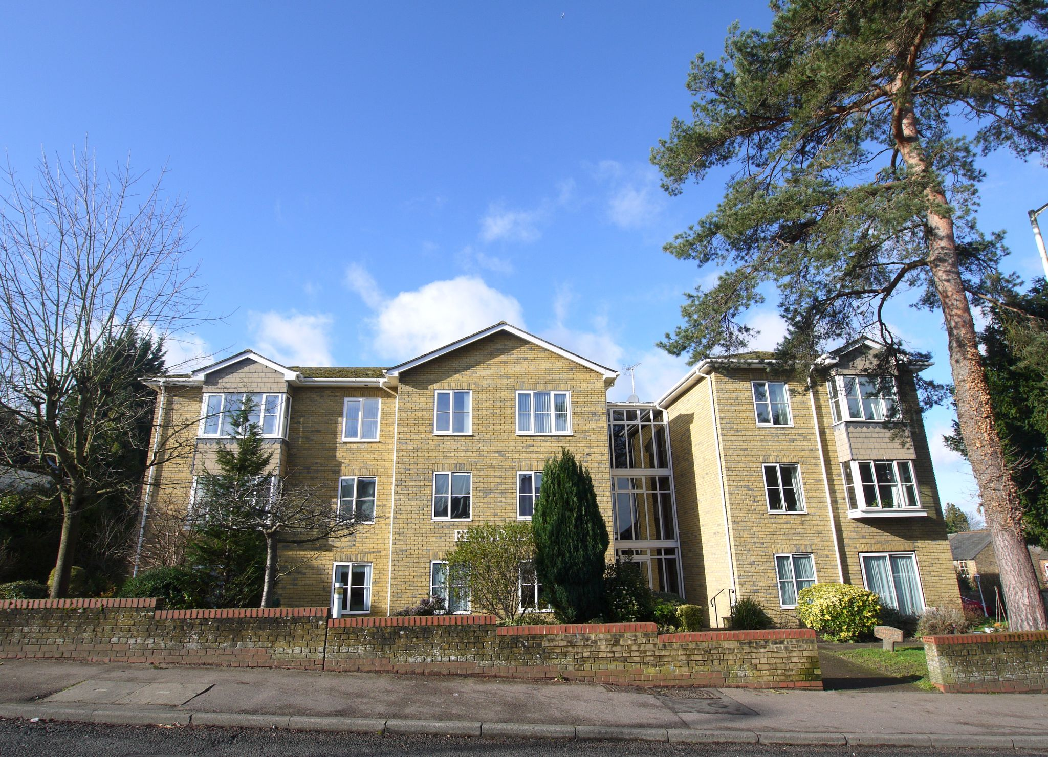 2 bedroom flat flat/apartment Sale Agreed in Sevenoaks - Photograph 1