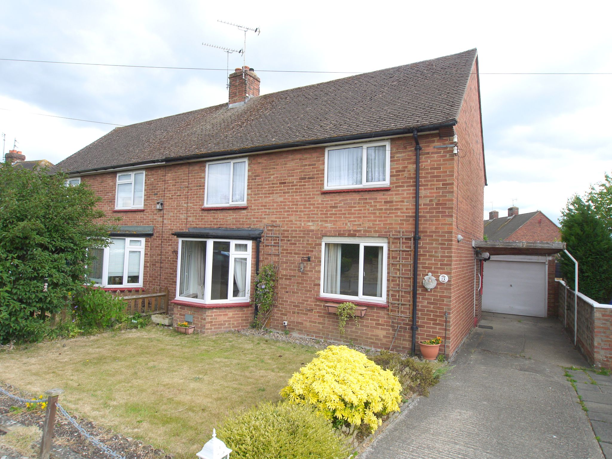 3 bedroom semi-detached house Sale Agreed in Sevenoaks - Photograph 1