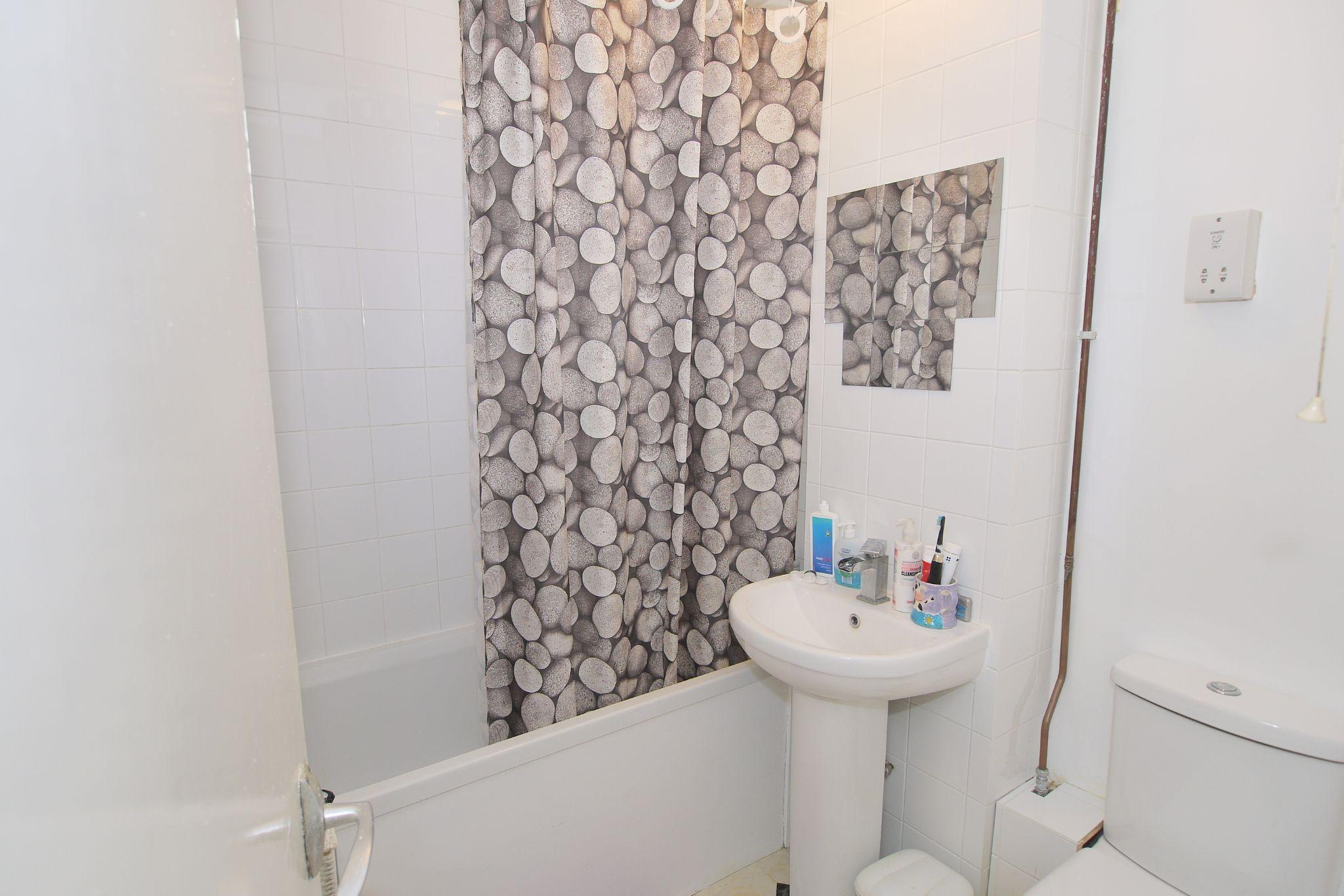1 bedroom apartment Sold in Sevenoaks - Photograph 4