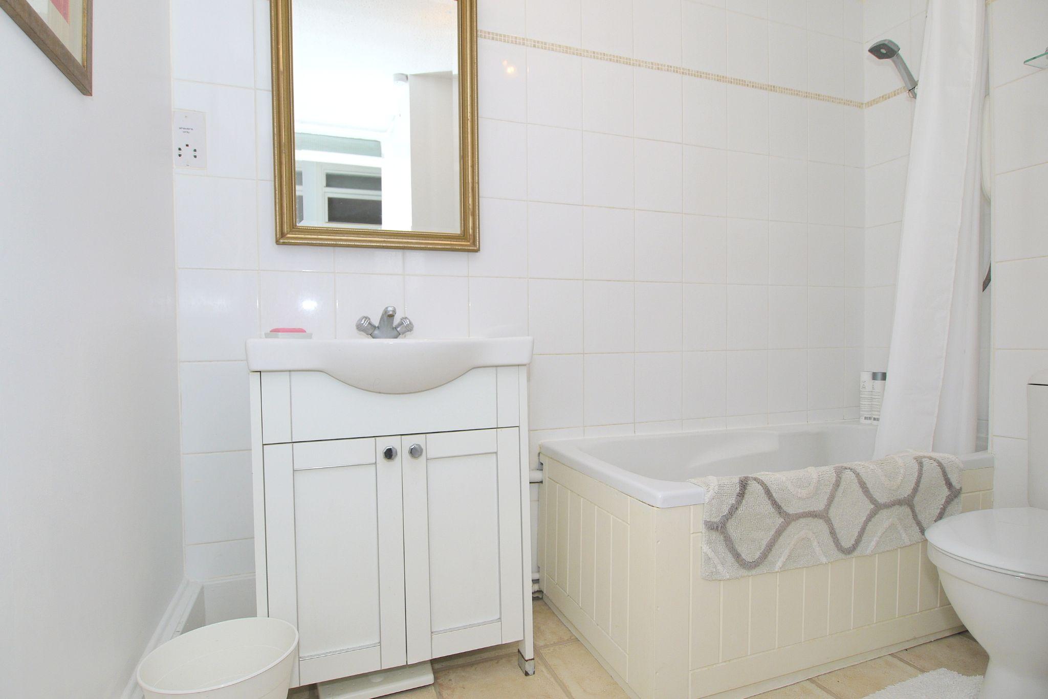 1 bedroom apartment flat/apartment Sold in Sevenoaks - Photograph 6